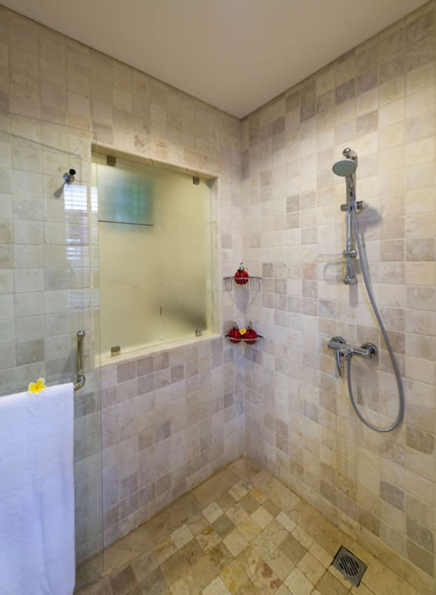 5-villa-san-guest-shower