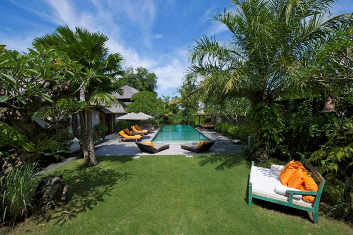 villa-hansa-pool-and-garden-area