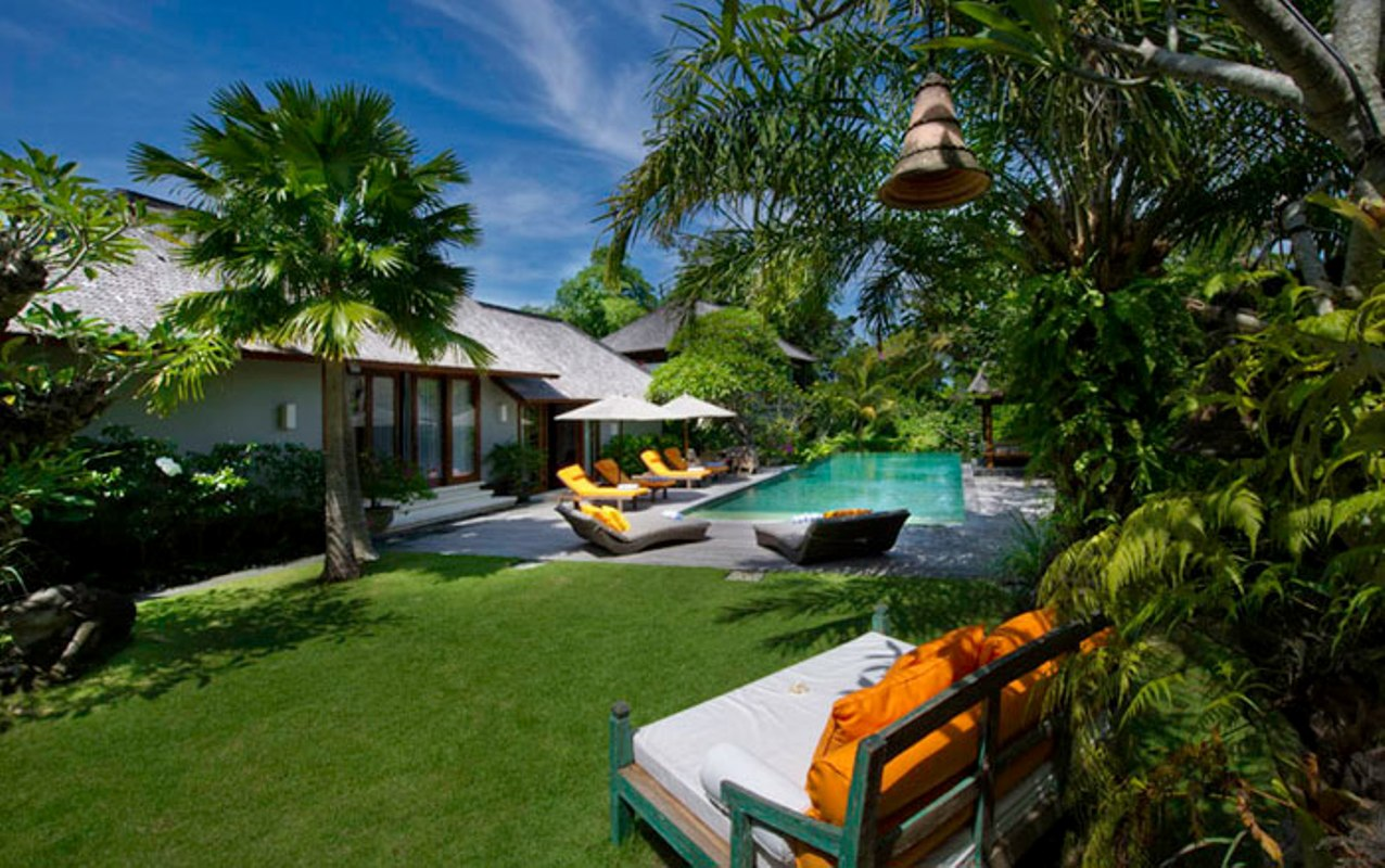 villa-hansa-pool-and-garden