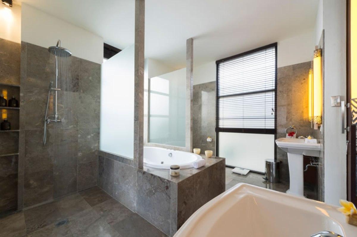 villa-jamalu-upstairs-master-bathroom