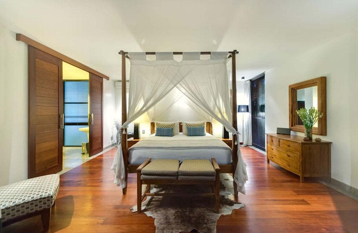 villa-jamalu-upstairs-master-bedroom-2