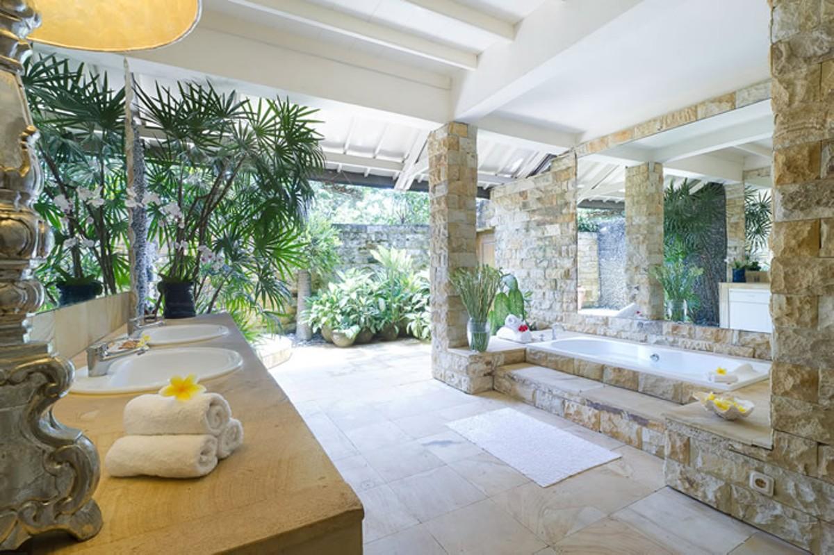 villa-shamira-downstairs-guest-bathroom