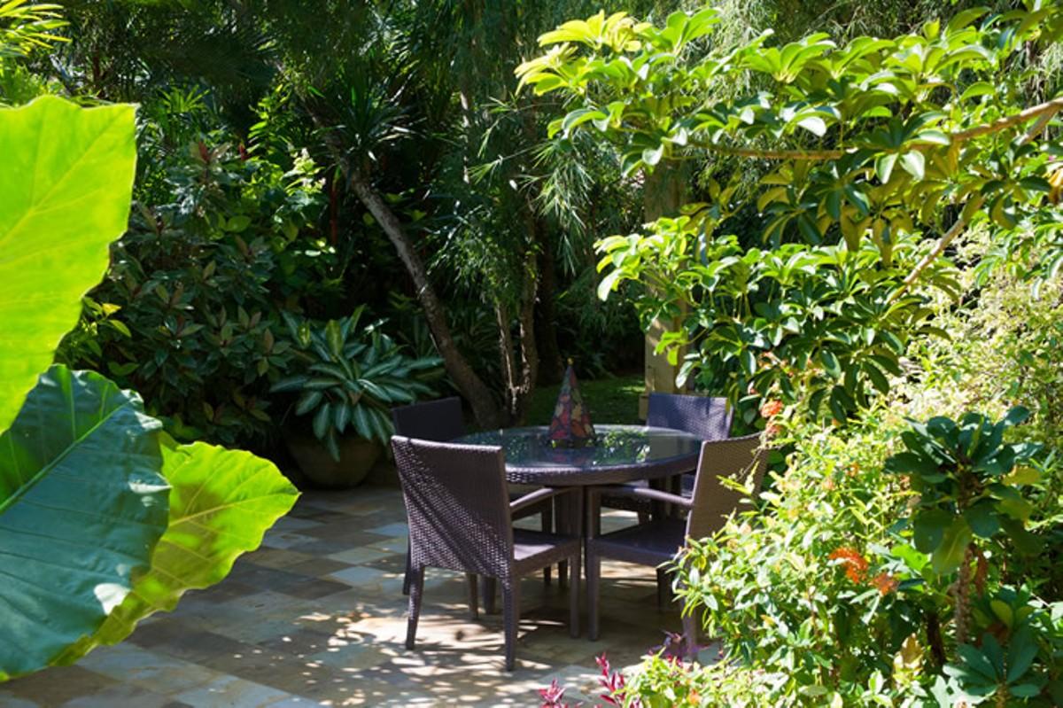 villa-shamira-garden-table-2