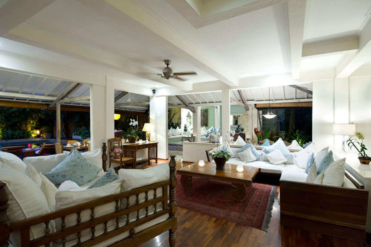 villa-shamira-living-area-at-night