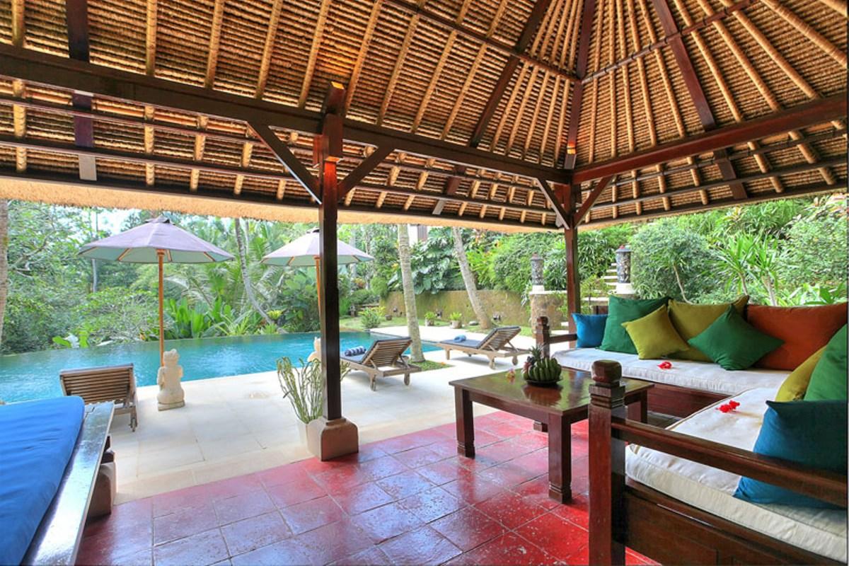 Pool-sitting-area